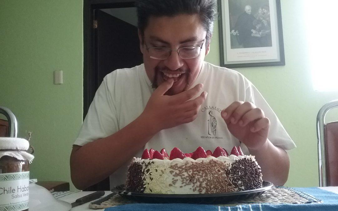 Otilio Ramón frente a un pastel