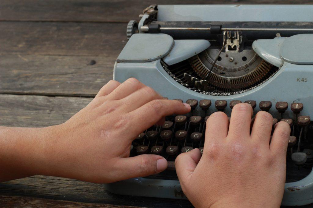 Mis manos en máquina de escribir