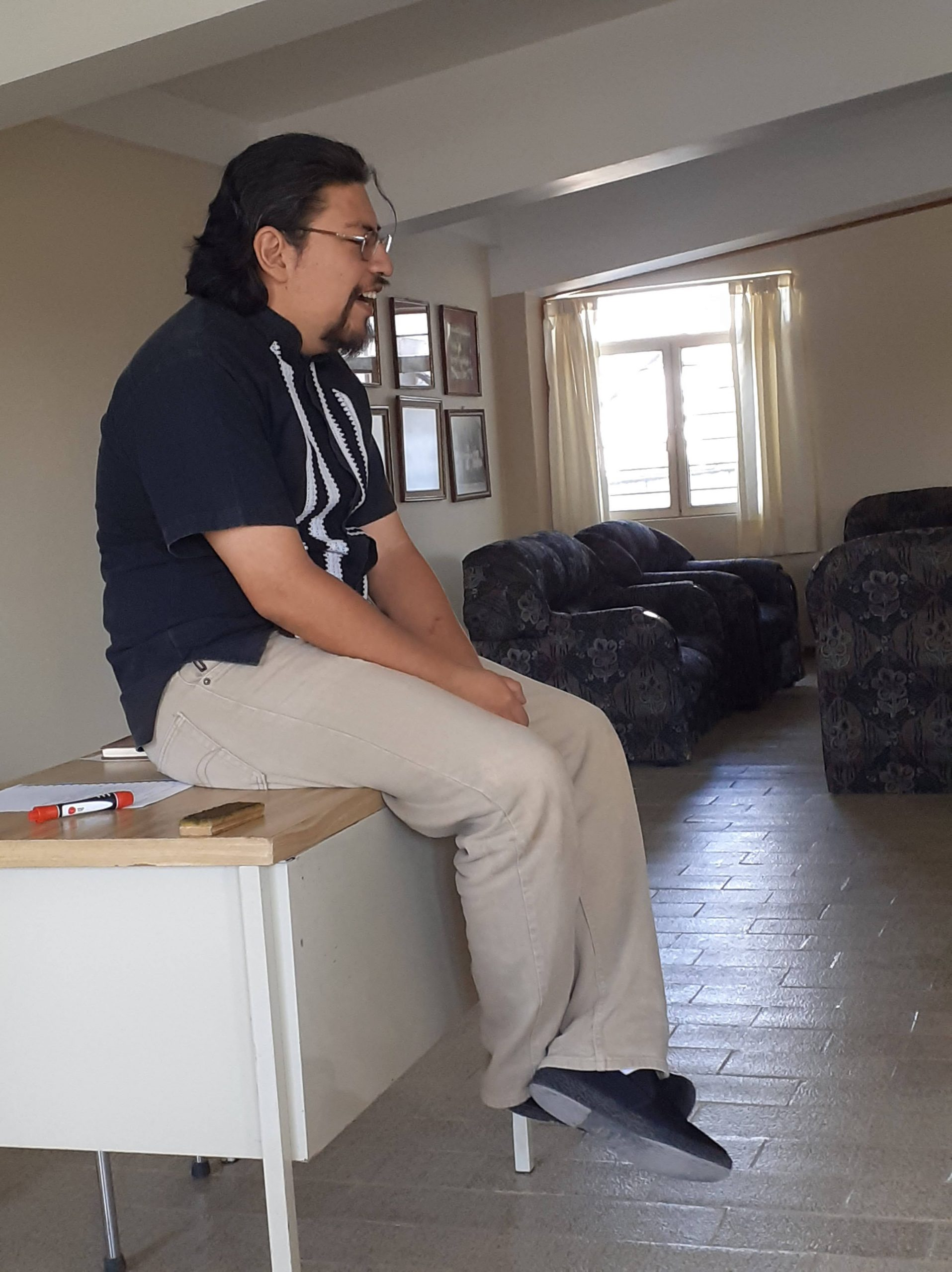 padre Oti sentado en escritorio